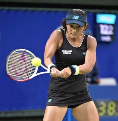 シングルス1回戦でクリスティナ・ムラデノビッチと対戦する土居美咲(17日、ITC靱TC)=共同