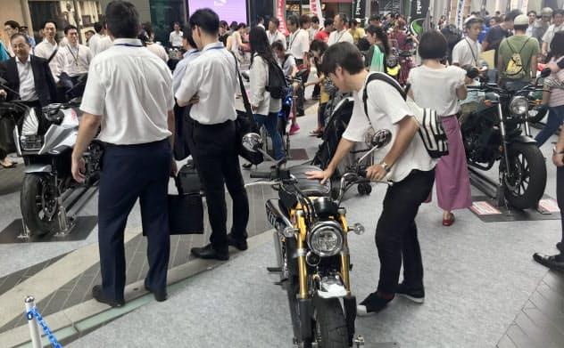 復刻版バイクに若者も関心を示す(8月19日の「バイクの日」イベント、東京都世田谷区)