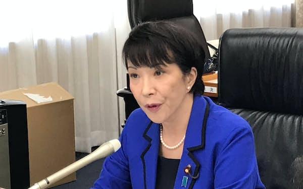 日本経済新聞などのインタビューに応じる高市総務相(17日、総務省)