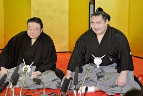 2014年3月、横綱昇進の伝達式を終え、記者会見する鶴竜。左は井筒親方=大阪市天王寺区