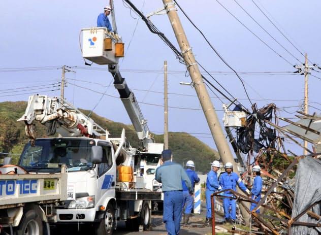 停電の復旧作業を行う作業員ら(15日午後、千葉県南房総市白浜地区)=共同