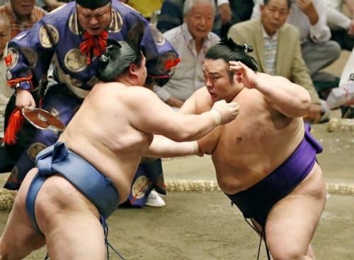 正代(左)と立ち合う貴景勝。押し倒しで破る(17日、両国国技館)=共同