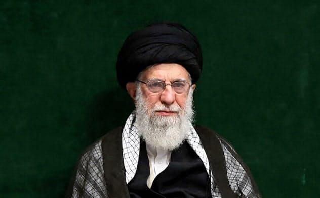 イラン最高指導者ハメネイ師(中)(10日、テヘラン)=AP