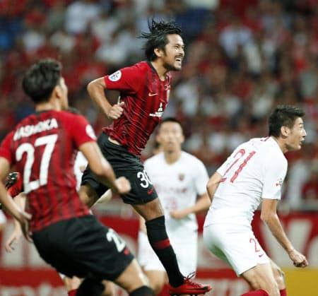 浦和―上海上港 前半、ヘディングで先制ゴールを決める浦和・興梠=中央(17日、埼玉スタジアム)=共同
