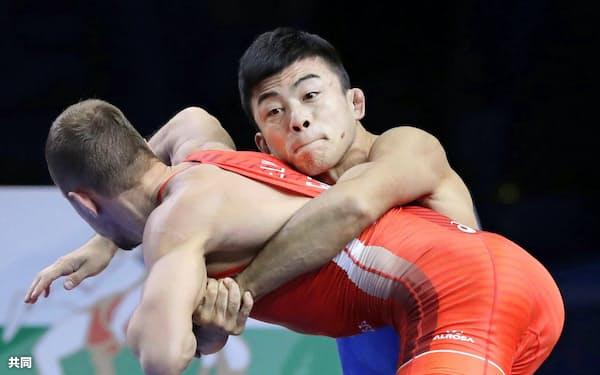 男子グレコローマン60キロ級決勝 ロシア選手(手前)と対戦する文田健一郎(17日、ヌルスルタン)=共同