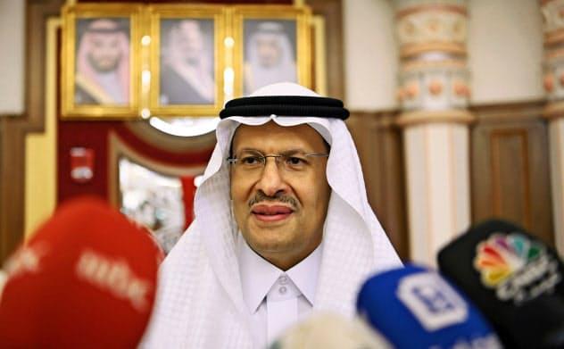 17日、ジッダで会見するサウジアラビアのアブドルアジズ・エネルギー相=ロイター