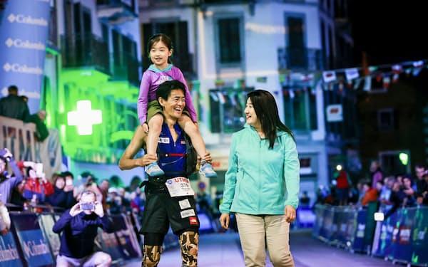 50歳で125位のUTMBのゴールは妻と娘とともに=藤巻 翔撮影