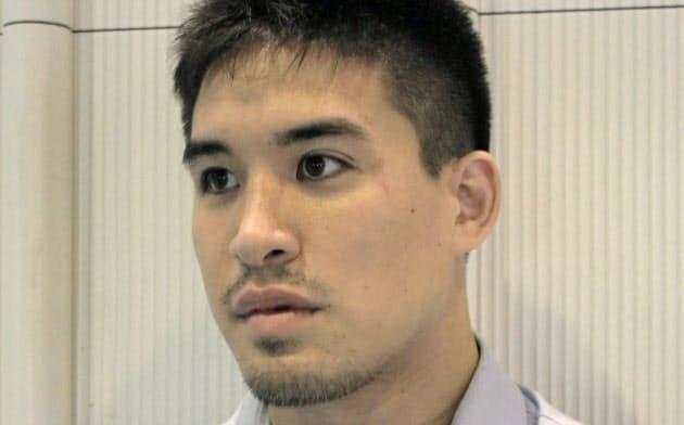 タシケントでのグランプリ大会出発前に取材に応じるベイカー茉秋(18日午前、成田空港)=共同