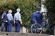 小4男児の遺体が見つかった自宅のある集合住宅に入る捜査員(18日午前、さいたま市見沼区)=共同