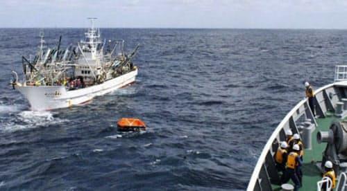 捜索中の日本漁船(左)により発見された「第65慶栄丸」の救命いかだ(中央)。右は巡視船「えりも」(18日午前、根室市の納沙布岬沖東約640キロ、第1管区海上保安本部提供)=共同