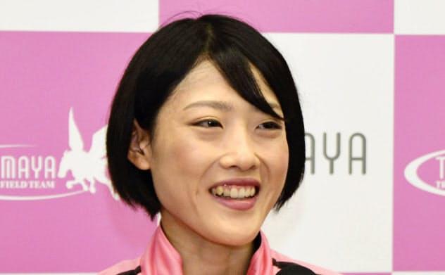 記者会見する、MGC女子で優勝した前田穂南(18日、岡山市)=共同
