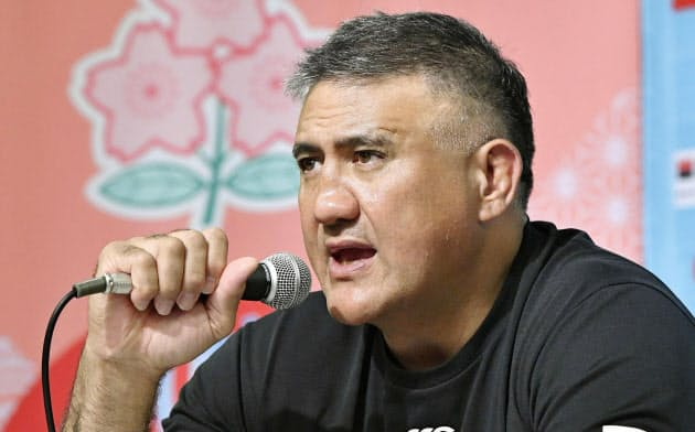 ラグビーW杯でロシアとの開幕戦に臨むメンバーを発表する日本代表のジェイミー・ジョセフ・ヘッドコーチ(18日、東京都内)=共同