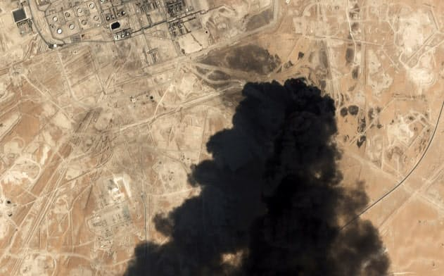 襲撃されたアブカイクの石油施設の衛星写真=AP