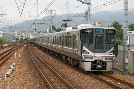 新快速の6代目車両にあたる225系は衝撃吸収構造など安全対策を充実した(JR神戸線のさくら夙川駅)