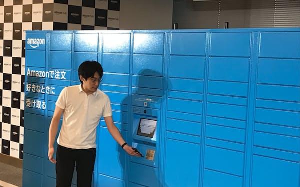 宅配ロッカーでは、スマホに送られてきたバーコードを読み取ると荷物を受け取れる