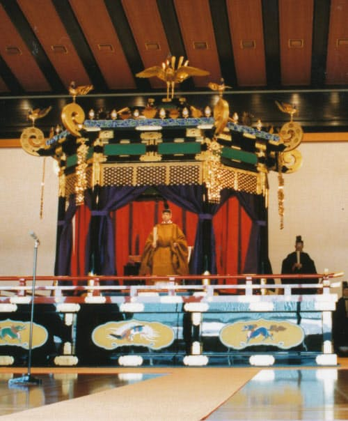 平成の即位礼での上皇さまと高御座(1990年11月12日、皇居・宮殿)