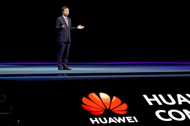 18日、上海市で開いた技術開発者向けイベントで講演するファーウェイの胡厚崑・副会長=ロイター
