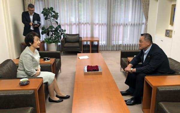 横浜市の準備状況などを話した(JOCの山下会長(右)と横浜市の林市長、18日、横浜市役所)