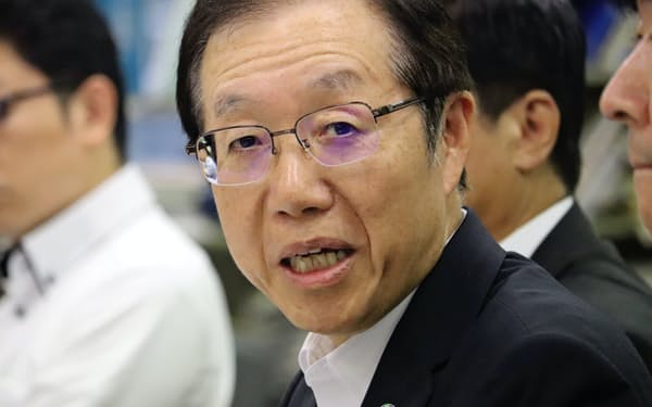 記者会見する地銀協の笹島律夫会長(18日、日銀本店)