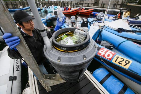 引き上げられた海洋ごみ回収装置「Seabin(シービン)」。港内に滞留したごみを10日間で約12キロ回収した(神奈川県藤沢市)
