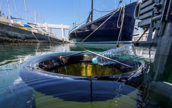 海面ぎりぎりで直径約50センチの円筒部分がポンプの動きに合わせて上下し水とごみを吸い込む(神奈川県藤沢市)