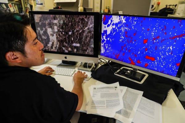 元画像(左)を解析し、人工系は赤色、自然系は青色、水面は白色に表示して川ごみ全体の種類を調べる(千葉県野田市の東京理科大学)