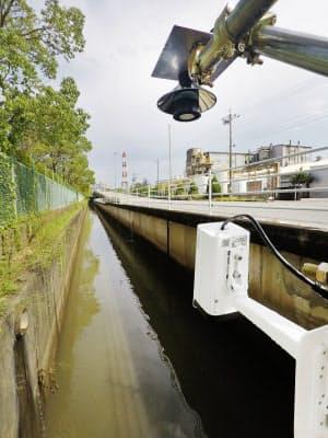 画像解析のために水路に設置されたカメラ。1年以上をかけて調査をする(三重県四日市市)