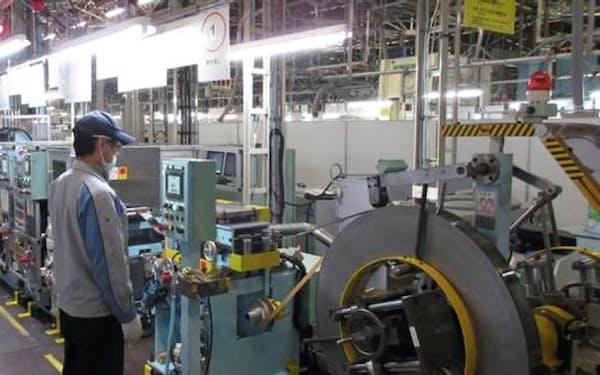 エンジンの軸受けを加工する大豊工業のライン(愛知県豊田市)