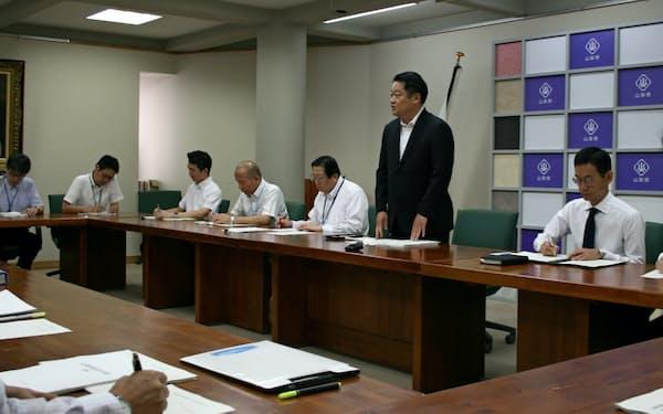 山梨県総合計画推進本部会議であいさつする長崎幸太郎知事(右から2人目、18日、山梨県庁)