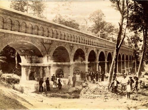 蹴上から水流を分岐させるため、南禅寺境内に完成した水路閣(1888年、京都市上下水道局・田邉家資料)