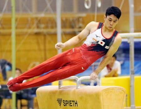 試技会であん馬の演技をする谷川航(18日、味の素ナショナルトレーニングセンター)=共同