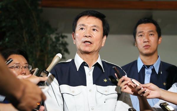 台風15号の大規模被害について安倍首相に要望を伝え、報道陣の質問に答える千葉県の森田健作知事(18日、首相官邸)
