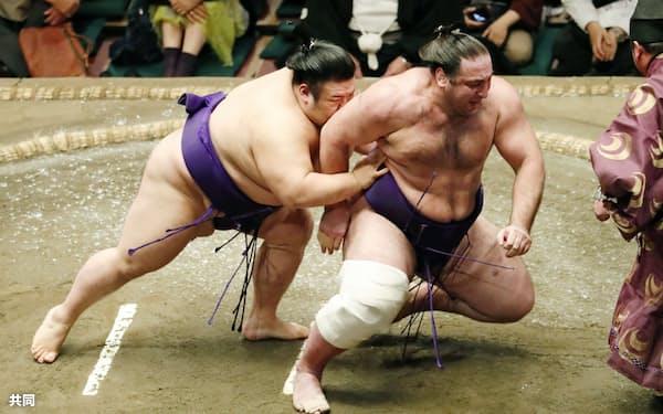 貴景勝(左)が送り倒しで栃ノ心を破る(18日、両国国技館)=共同