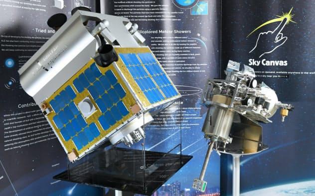 人工流れ星を作り出す小型衛星「ALE-1」の模型(左)と内部のペイロード