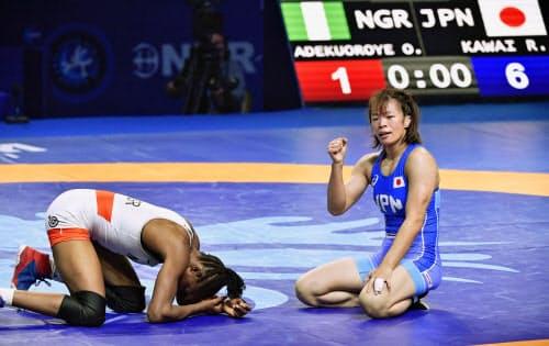 女子57キロ級準決勝でナイジェリア選手を破り、ガッツポーズする川井梨紗子(右)。東京五輪の代表に決まった(18日、ヌルスルタン)=共同