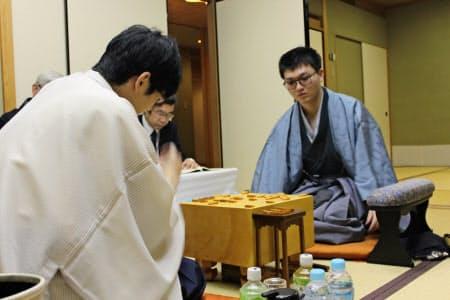 王座戦第2局を制した挑戦者の永瀬叡王。左は斎藤王座(18日夜、大阪市)
