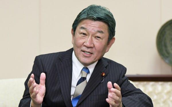 グループインタビューに答える茂木外相(18日、外務省)
