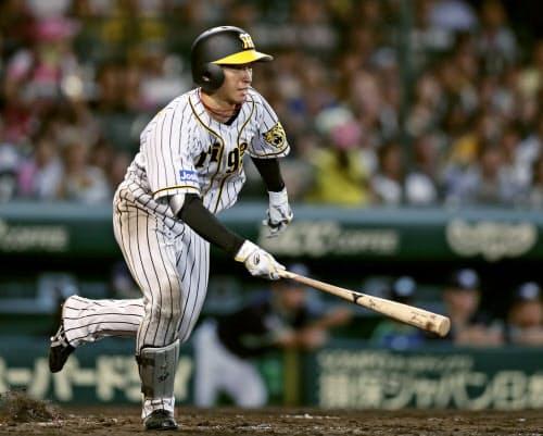 8回阪神2死、近本が一塁内野安打を放ち、長嶋茂雄が樹立した新人最多安打のセ・リーグ記録に並ぶ(18日、甲子園)=共同