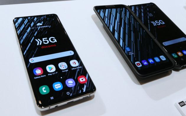NTTドコモが発表した5G対応スマートフォン(18日、東京都中央区)