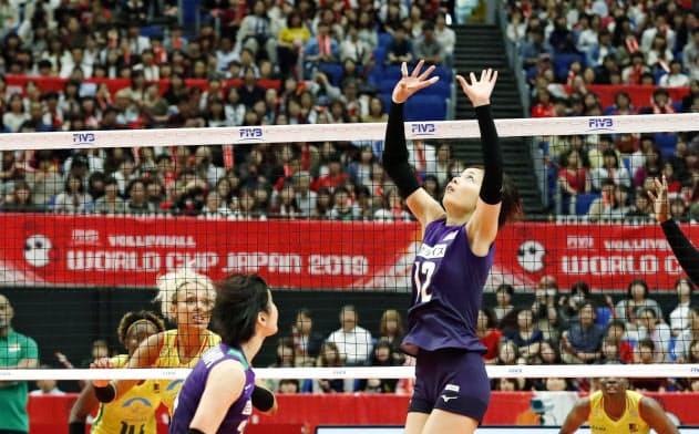 日本―カメルーン 第3セット、トスを上げる佐藤=右(18日、横浜アリーナ)=共同