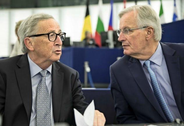 欧州議会に出席するユンケル欧州委員長(左)とバルニエ首席交渉官(18日、ストラスブール)=AP