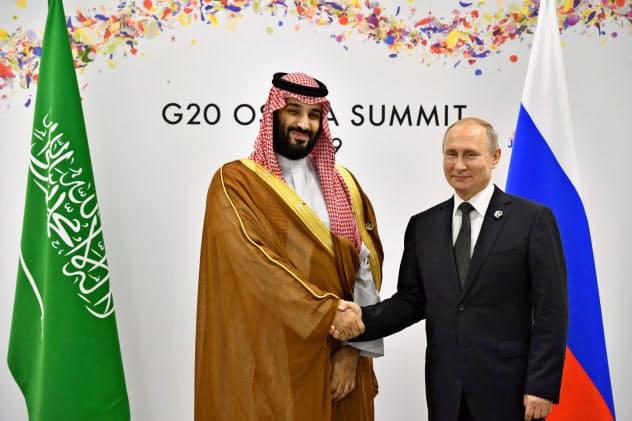 6月に大阪で会談したロシアのプーチン大統領(右)とサウジのムハンマド皇太子=ロイター