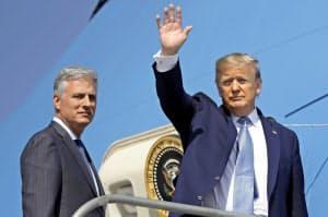 18日、トランプ米大統領(右)はイランとの対話になお意欲をにじませた(カリフォルニア州)=AP