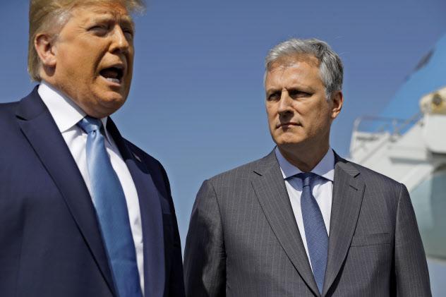 18日、ロサンゼルス空港で並ぶトランプ大統領とオブライエン氏=AP