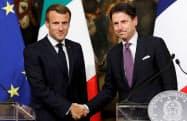 ローマで会談したフランスのマクロン大統領(左)とイタリアのコンテ首相(18日、ローマ)=ロイター