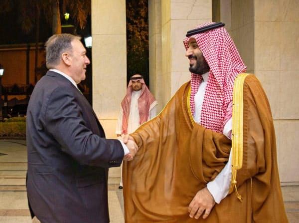 握手するポンペオ米国務長官(左)とサウジアラビアのムハンマド皇太子(18日、ジッダ)=ロイター