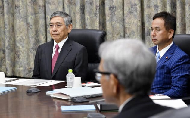 金融政策決定会合に臨む黒田総裁(奥左)ら(19日午前、日銀本店)=共同