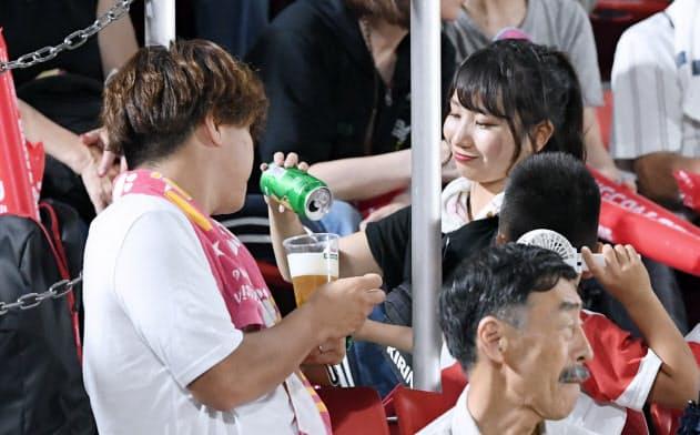 観客席でビールをつぐ売り子(8月、大阪府東大阪市の花園ラグビー場)