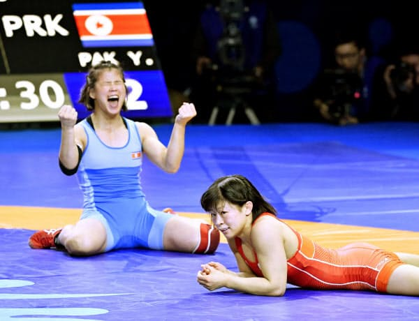 決勝で北朝鮮のパク・ヨンミ(左)に敗れ、ぼうぜんとする向田真優=共同