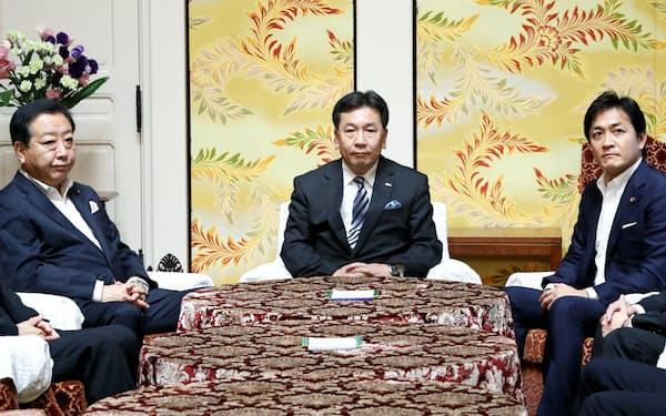 会談に臨む(左から)社保の野田代表、立民の枝野代表、国民の玉木代表(19日午前、国会内)